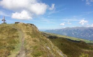 Aussicht vom Grat aus. Berge. Himmel.