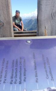 Hier sieht man nochmals den Alpenzeiger und kann die Namen der Berge lesen.. Solche Tafeln gibt es fast auf allen Aussichtspunkten mit Alpensicht.