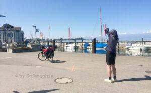 Am Hafen Rorschach: Irgendlink fotografiert das 'Ende Radweg'-Signal auf dem Pflaster.