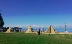 Wir spazieren direkt am See am Sandskulpturenfestival vorbei. Gezeigt werden einige kunstvolle Sandkunstwerke von internationalen Künstlerinnen und Künstlern.