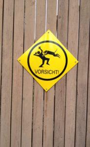 Vorsicht vor springenden Hunden-Warntafel