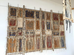 Kunstobjekt auf Jute, Holz und Schnur von Claude Braun.