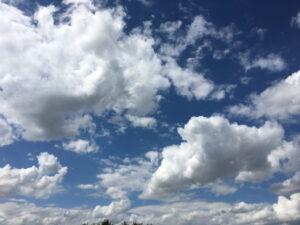 Blauhimmel mit flauschigen Wolken