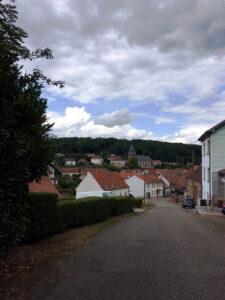 Blick auf das Dorf Schorbach unter wolkigem Grauhimmel