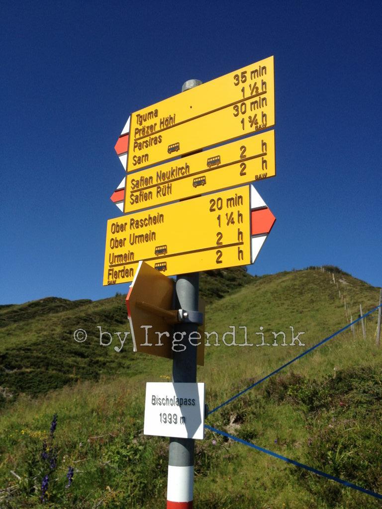 Wanderwegweiser auf dem Bischola-Pass
