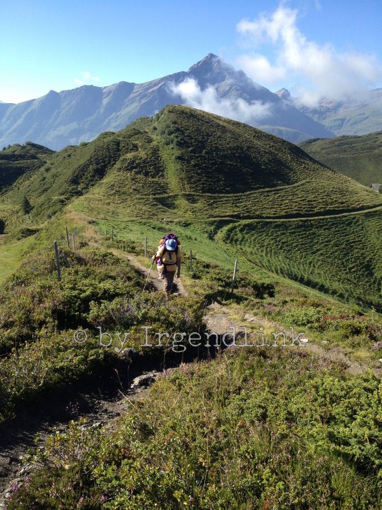 Wir wandern bergan auf Tguma. Rechts im Bild ist ein Zipfel der Alp Bischola zu sehen, die wir bereits hinter uns gelassen haben. Ich steige bergan, Irgendlink fotografiert von oben.