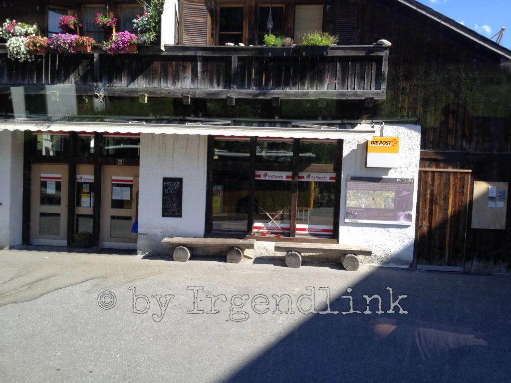 Vor diesem Dorflädchen saßen wir vor Jahren auf unserer Rheinwanderung.