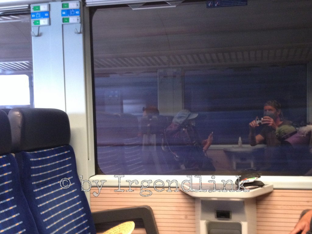 Im Zug bei einer Tunneldurchfahrt fotografiert Irgendlink uns beide als Spiegelbilder im gegenüberliegenden Fenster.