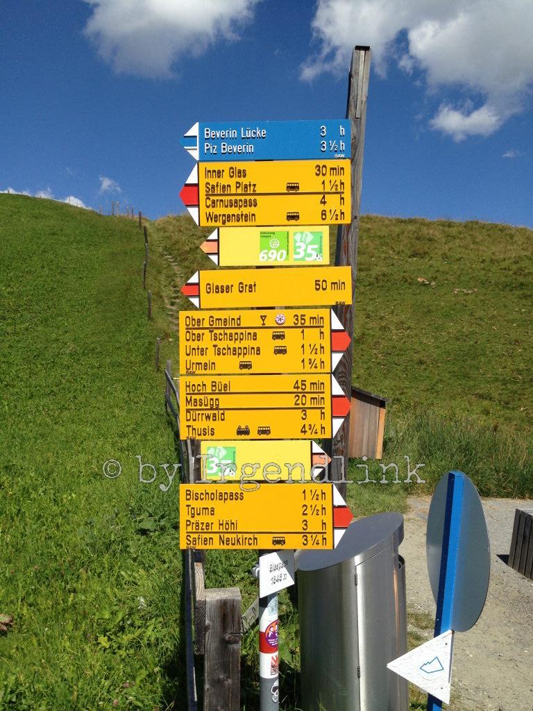 Viele Tafeln zieren den Wanderwegweiser auf dem Glaspass. Wir nehmen den Weg Richtung Ober Gmeind.