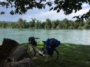 Mein Rad. Im Hintergrund der Rhein und das bewaldete gegenüberliegende Ufer.