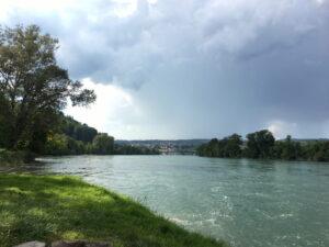 Gewitterwolken über dem Rhein.