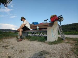 Sofasophia auf einer Bank, dahinter Irgendlinks Fahrrad
