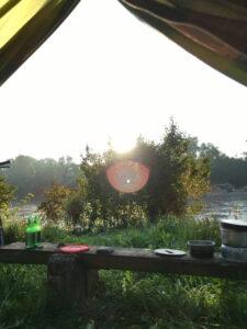 Morgendlicher Zeltblick auf Aare, Fahrrad, unsere Bank, Sonne, Bäume