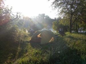 Das Zelt auf der Wiese in der Morgensonne