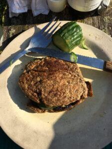 Pfannenbrot-Sandwich, gefüllt mit Butter und Salatgurkenscheibe – köstlich!