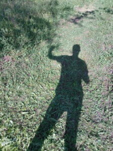 Irgendlink winkt seinem Schatten