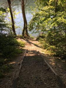 Aareufer, kleine Treppe, die vom Weg an den Fluss hinunter führt